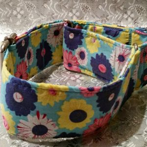 collar antiescape con flores hippies de colores modelo C40