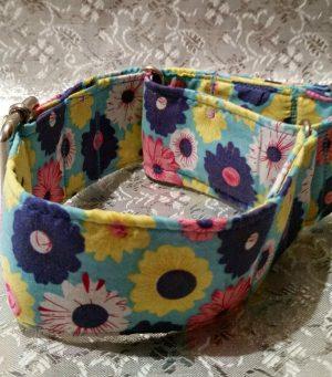 collar antiescape con flores hippies de colores modelo C40